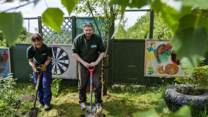 [ 23 de mayo de 2017 ] FOTOS: Hacer un spot de jardinería con la organización de caridad local, Sólo las Características del Trabajo - Richmondshire Hoy 1
